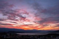 De liefde moet samen op bij zonsondergang letten Onwerkelijke zonsondergang royalty-vrije stock foto