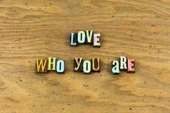 De liefde omhelst u zelf het levensletterzetsel stock afbeelding