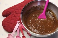 De liefde themed de mengeling en het bakseltoebehoren van de chocoladecake. Royalty-vrije Stock Afbeeldingen