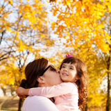 De liefde van de de herfstfamilie Stock Afbeeldingen