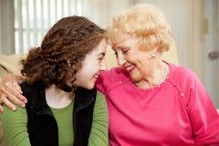 De Liefde van de grootmoeder en van de Tiener stock foto