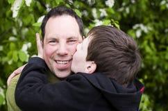 De liefde van de vader en van het jonge geitje Stock Foto