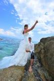 De liefde van de zomer door de overzeese kust - paarportret Stock Afbeeldingen