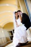De liefde van het de jonggehuwdepaar van het huwelijk Stock Fotografie