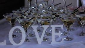 De LIEFDE van het decorwoord op de ceremonie van het lijsthuwelijk stock footage
