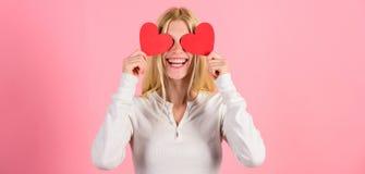 De liefde van het het hartsymbool van de meisjesgreep en romantische roze achtergrond De vrouw viert liefde Meisjes vrolijke dali royalty-vrije stock afbeeldingen
