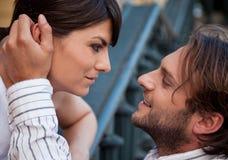 De liefde van het paar wat betreft Stock Fotografie