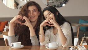 De liefde van het twee vriendengebaar bij de koffie stock fotografie