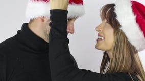 De liefde van Kerstmis Het jonge kussen van het Paar stock video