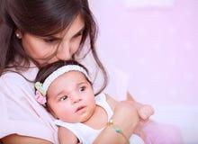 De liefdeconcept van de moeder stock foto's