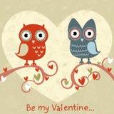 De liefdekaart van de valentijnskaart met uilen en harten Stock Fotografie