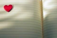 de Liefdekaart van het hartnotitieboekje met weerspiegelingen van schaduwenachtergrond Royalty-vrije Stock Foto