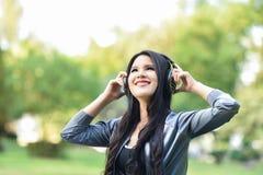 De liefdemuziek luistert aan Gelukkige muziekvrouwen royalty-vrije stock afbeeldingen