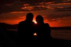 De liefdepaar van de zonsondergang royalty-vrije stock afbeelding
