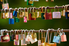 De liefdesloten hangen van een brug Royalty-vrije Stock Fotografie