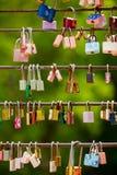 De liefdesloten hangen van een brug Stock Foto's