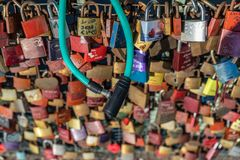 De liefdesloten op het viaduct van metro Landungsbrà ¼ cken aan Th stock foto's