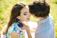 De liefdeverhouding van de de zomervakantie en het dateren van concept - het romantische speelse paar flirten royalty-vrije stock afbeeldingen