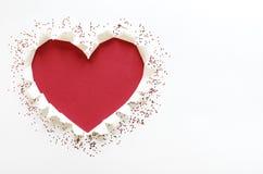 De liefdevorm van het rode kleurenhart met scheur Witboek stock foto