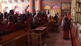 De liefhebbers bezochte tempel van Dashrath Mahal in Ayodhya stock footage