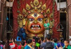 De liefhebbers maken dienstenaanbod aan Bhairav tijdens Indra Jatra-festival i Stock Afbeelding