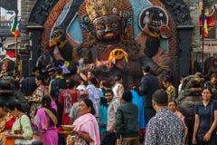 De liefhebbers maken dienstenaanbod tijdens Indra Jatra-festival in Katmandu Stock Foto