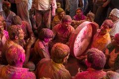 De liefhebbers spelen muziek met kleuren tijdens de Holi-viering in Barsana, India wordt behandeld dat Stock Foto's