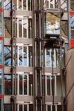 De lift van het glas bij de bouw Stock Afbeeldingen