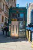 De lift van de de metropost van New York op een de Stadsstraat van Manhattan New York met voetgangers die langs lopen stock fotografie
