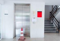 De lift was gebroken Gelieve te gebruiken de treden stock foto