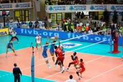 De Liga van de Wereld van het volleyball: Italië versus Cuba Stock Fotografie