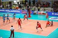 De Liga van de Wereld van het volleyball: Italië versus Cuba Stock Foto's