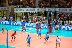 De Liga van de Wereld van het volleyball: Italië versus Cuba Stock Afbeelding