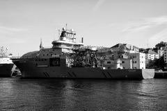 De ligplaats van het schipschip bij het zeewater in Bergen, Noorwegen stock afbeeldingen