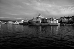 De ligplaats van schepenschepen bij het zeewater in Bergen, Noorwegen royalty-vrije stock foto