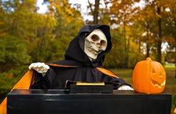 De Lijkenetende geest die van Halloween een Piano speelt royalty-vrije stock afbeeldingen