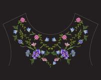 De lijn bloemenpatroon van de borduurwerk etnisch hals met blauwe korenbloemen Royalty-vrije Stock Fotografie