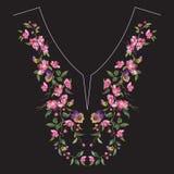 De lijn bloemenpatroon van de borduurwerkhals met oosterse kersenbloesem Stock Foto