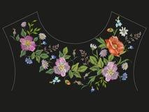 De lijn bloemenpatroon van de borduurwerkhals met rozen, kamilles en c Royalty-vrije Stock Foto