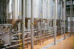 De lijn van de biervervaardiging Materiaal voor het opgevoerde productie bottelen van Gebeëindigde voedingsmiddelen Metaalstructu Royalty-vrije Stock Afbeeldingen