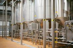 De lijn van de biervervaardiging Materiaal voor het opgevoerde productie bottelen van Gebeëindigde voedingsmiddelen Metaalstructu royalty-vrije stock foto's