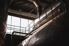 De lijn van de biervervaardiging Materiaal voor het opgevoerde productie bottelen van Gebeëindigde voedingsmiddelen Metaalstructu stock foto