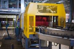 De lijn van de biervervaardiging Materiaal voor het opgevoerde productie bottelen van Gebeëindigde voedingsmiddelen Metaalstructu Stock Afbeelding