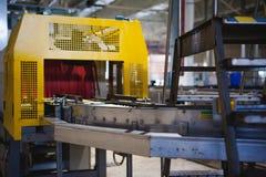 De lijn van de biervervaardiging Materiaal voor het opgevoerde productie bottelen van Gebeëindigde voedingsmiddelen Metaalstructu Stock Foto's
