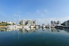 De lijn van diverse luxejachten bij het Jacht van Singapore toont 2013 Royalty-vrije Stock Afbeeldingen