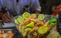 De lijn van het zeevruchtenbuffet in hotelrestaurant royalty-vrije stock afbeeldingen
