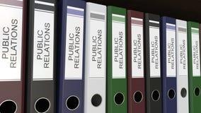 De lijn van veelkleurige bureaubindmiddelen met Public relations etiketteert het 3D teruggeven Stock Fotografie