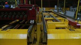 De lijn van de walsen van metaalverwerking bij de fabriek stock videobeelden