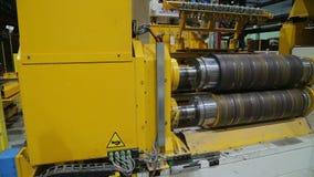 De lijn van de walsen van metaalverwerking bij de fabriek stock video