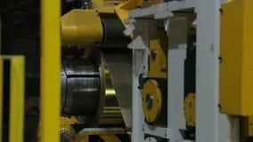 De lijn voor het machinaal bewerken van een broodje van bladmetaal stock videobeelden